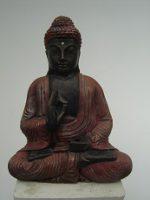 Boeddha zit met opgeheven hand – roodbruin