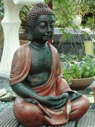 Boeddha zit 2 handen gevouwen – roodbruin
